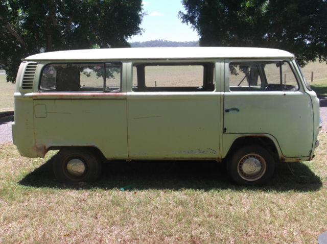 VW KOMBI 1972 LOWLIGHT (GREEN ENVY)