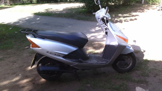 honda scooter( lead )automatic twist and go. (silver/black)