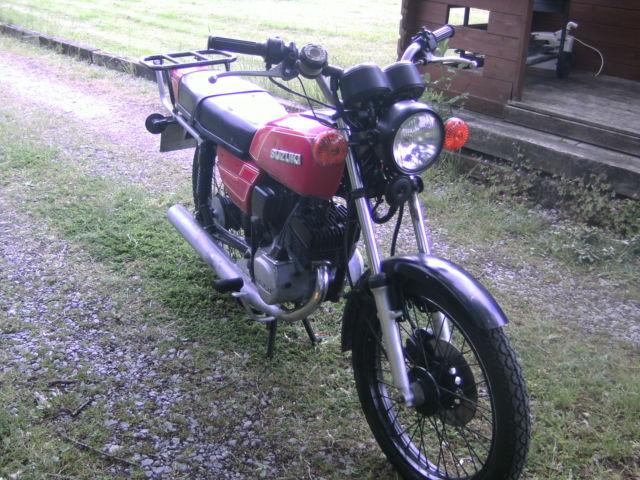 1982 SUZUKI  RED GP100 MOTORCYCLE